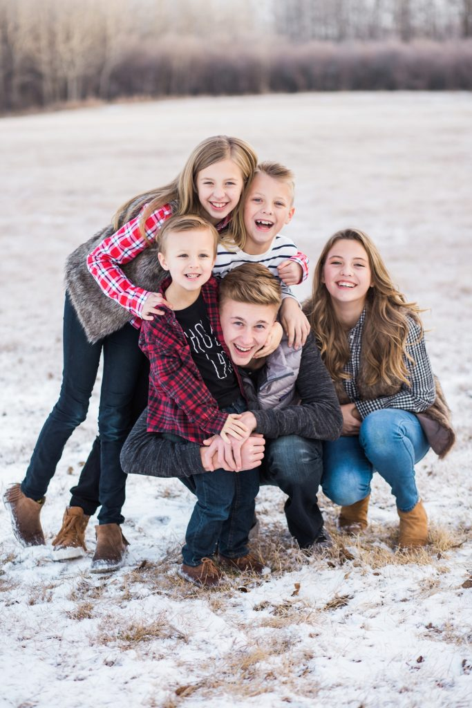 siblings, family photos, large family posing ideas, what to wear for family photos