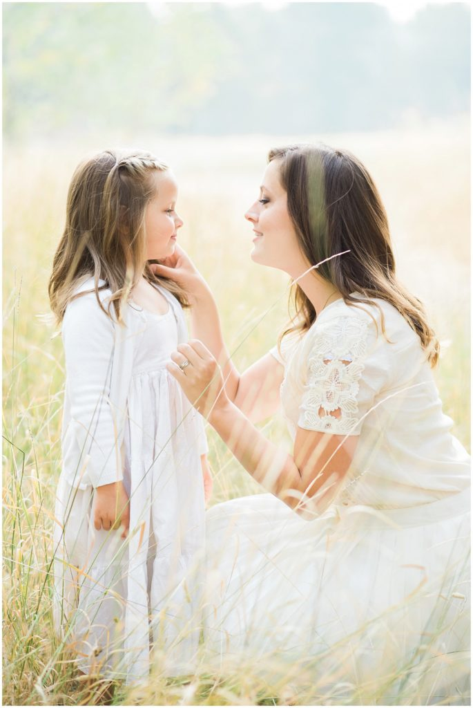 family of 7, large family posing ideas, family photos, fall family photos, mom and daughter