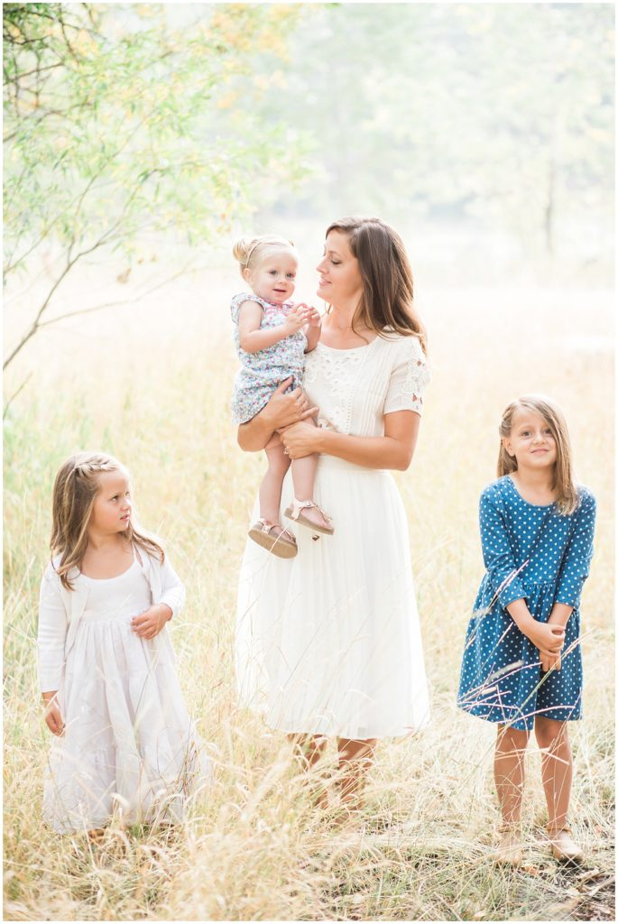 family of 7, large family posing ideas, family photos, fall family photos, mom and daughters
